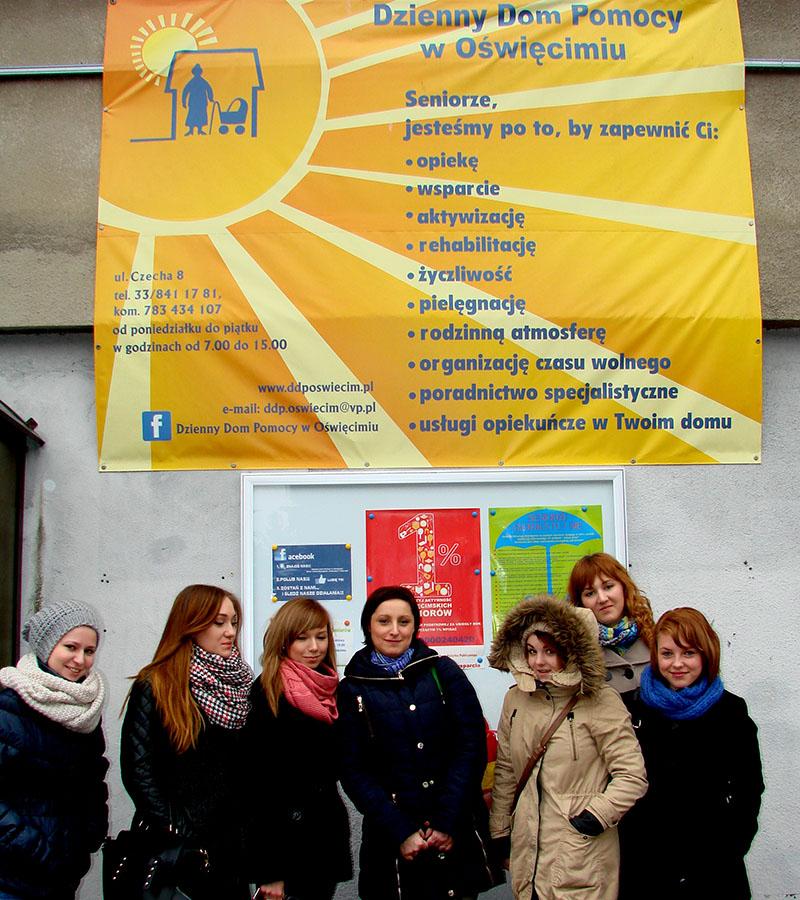 Grupa woluntarystyczna wraz z nauczycielką Katarzyną Zając oraz wychowawcą Magdaleną Kaszycą przed Dziennym Domem Pomocy w Oświęcimiu | fot. Beata Siewniak