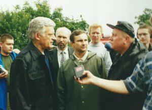 asp.sztab. Marek Czardyban - Rzecznik Prasowy PSP Oświęcim w 2001 roku z Premierem Jerzym Buzkiem