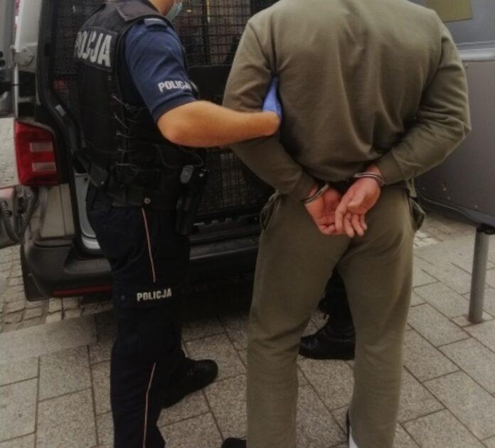 KPP Oświęcim zatrzymany mężczyzna przy radiowozie